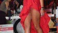 Zvezda Granda zavrnula suknju, a nije ni primetila da su joj se gaćice pomerile i da se videlo više nego što je trebalo! (FOTO)