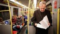 Predsednik Austrije putuje na posao gradskim prevozom, a usput sprema i sastanak! Fotografija koja oslikava skromnost (FOTO)