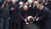 """""""Ne plači, dušo..."""" Kovčeg sa telom Šabana Šaulića uz stihove njegove pesme spušten u grob (VIDEO)"""