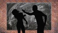 Profesor fizike je zbog ocene ošamario i učenicu i njenu drugaricu u beogradskoj gimnaziji: Dečaci ih branili i udarili ga!