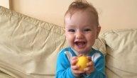 Maleni Vuk iz Beograda je dobio uskršnje jaje i kucnuo se s mamom, usledio je zarazni smeh (VIDEO)
