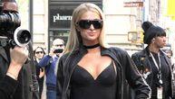 Paris Hilton je svojom seksi odevnom kombinacijom i dekolteom bukvalno zaustavila ceo Njujork i sve poglede skrenula na sebe (FOTO)