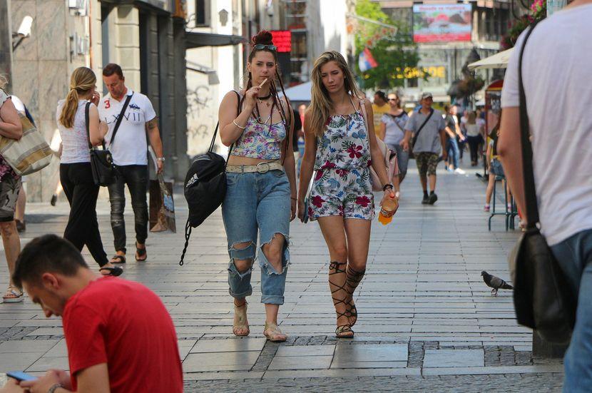 Beograd, Knez Mihailova, letnje vreme, moda, oblačenje, devojke šetaju ulicom