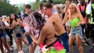Tinejdžeri se brutalno tukli tokom festivala: Dečko devojku udario pesnicom, ona ga šutnula (VIDEO)