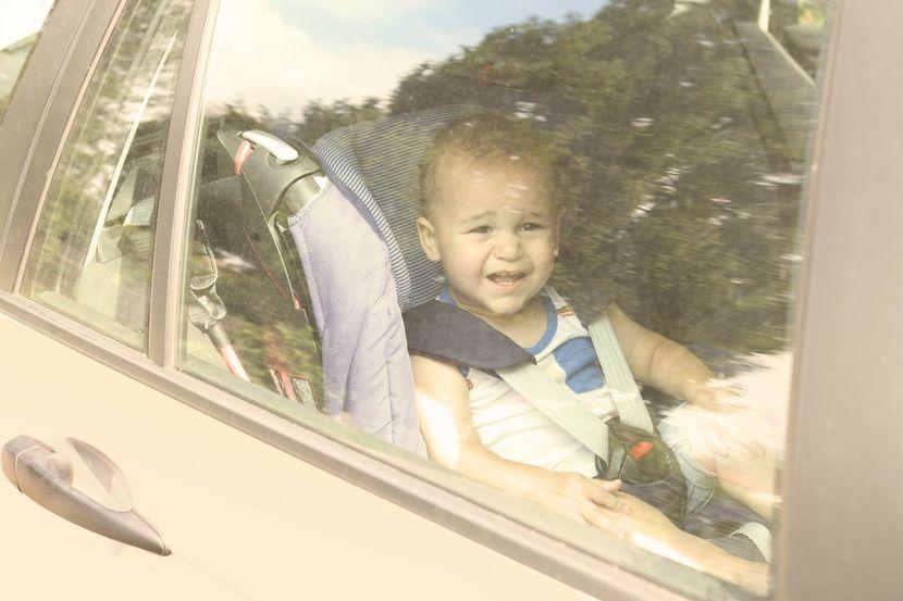 Dete, devojčica, dečak, zaboravljeni u automobilu, autu, vrućina, sunce