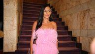 Nikad bolje nije izgledala! Anastasija Ražnatović u kratkoj pink haljini obara s nogu! (FOTO)