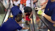 Dete zaglavilo ruku u pokretnim stepenicama, vatrogasci ga jedva spasili (VIDEO)