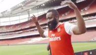 Brada obukao dres Arsenala pa pokazao šta ne zna sa loptom! (VIDEO)