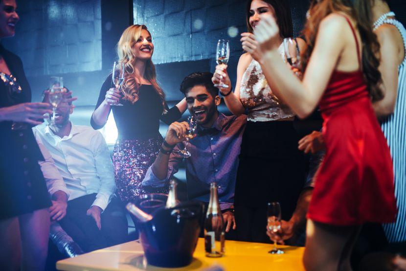 Mladi u klubu, nocni provod, separe, boca pića