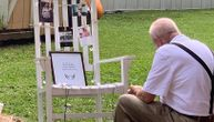 Najtužnija fotografija sa unukinog venčanja: Deka ruča sam dok gleda u pokojnu ženu (FOTO)