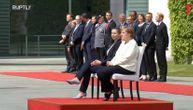 Promenjen protokol zbog Angele Merkel: Kad sedi dok svira himna, ne vidi se da se trese (VIDEO)