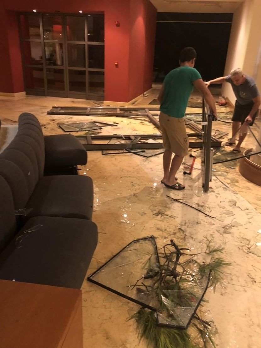 Srbi u srusenom hotelu posle oluje