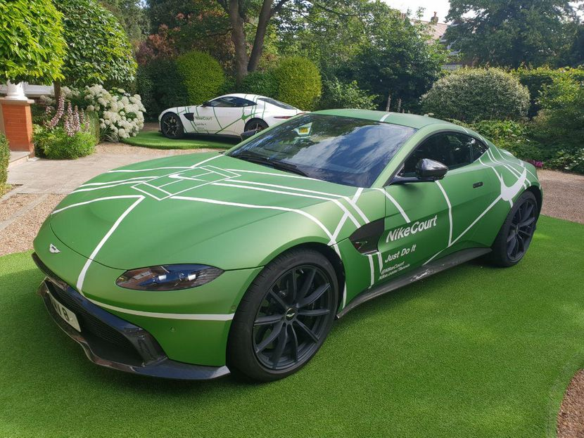 Kuća na Vimbldonu, Najki, Aston Martin