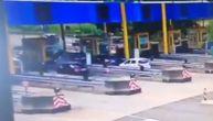 Snimak strašne nesreće kod naplatne rampe: BMW se bez kočenja zakucao u škodu (VIDEO)