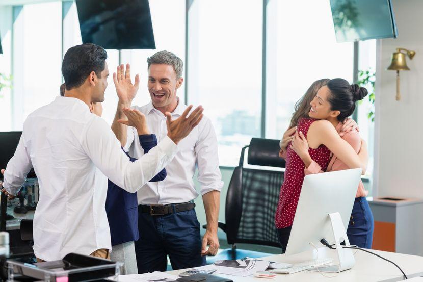 posao, kolege, kancelarija, zagrljaj, grljenje, prisnost, cestitanje