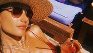 Ravan seksi stomačić, duge noge: Vrela Alesandra novim fotkama u bikiniju rasprametila fanove (FOTO)