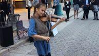 Uzela je violinu i počela da svira popularni hit nasred ulice: Prolaznici su ostali u čudu (VIDEO)