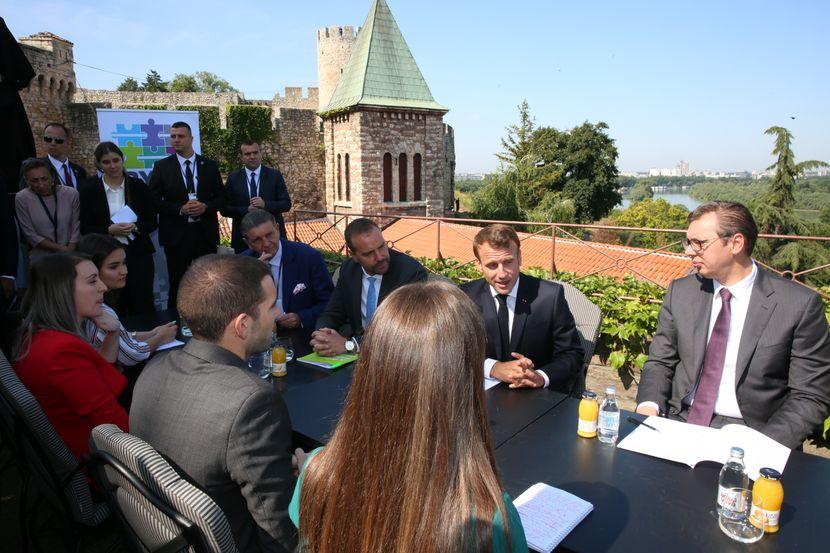 Makron i Vučić sa studentima Kancelarije za mlade