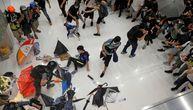 Uznemirujući snimci iz Hongkonga: Demonstranti brutalno tuku policajca dok bespomoćan leži (VIDEO)