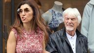 Bivši vlasnik Formule 1 prošetao 45 godina mlađu ženu, a svi su gledali u njegovo desno oko (FOTO)
