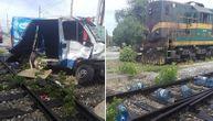 Sudar u Pančevu: Voz udario u kombi, dve osobe povređene (FOTO)