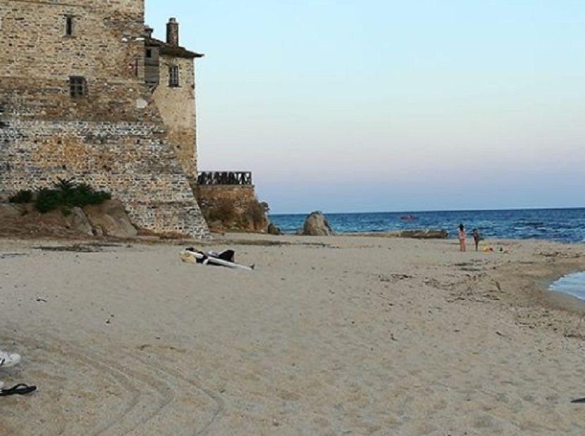 monah s krstom na plaži