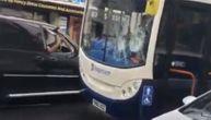Kamera snimila napad na gradski autobus: Izvadio čekić iz auta u pokretu i krenuo da udara (VIDEO)