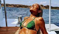 Žena slavnog glumca ima 47 godina i u bikiniju u obliku listića izgleda kao boginja! (FOTO)