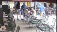 Uznemirujuće: Huligani su prišli deki u kafiću i počeli brutalno da ga udaraju u glavu (VIDEO)