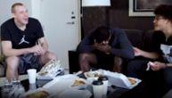 Košarkaši Golden Stejta jeli srpsku hranu: Ovako su reagovali kada je Smailagić doneo burek i ćevape