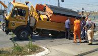 """Sreća u nesreći: Kamion """"Beograd puta"""" upao u rupu (FOTO)"""