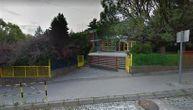 Vojnik presekao vene u dvorištu škole u Nišu: Odbijao pomoć dok je pored njega devojka plakala