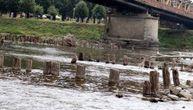 Nesvakidašnji prizor u Ćupriji: Zbog niskog vodostaja Velike Morave isplivali ostaci iz doba Turaka
