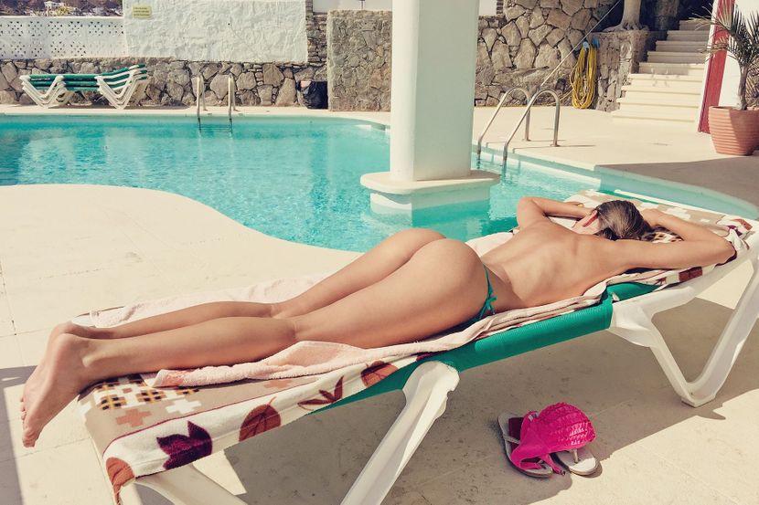 toples devojka bazen kupaći kostim sunčanje