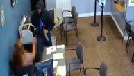 Uznemirujući snimak krvave pljačke: Napadač nožem izbo radnicu i uzeo pare, pre toga počinio ubistvo