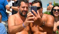 """Italijanski ministar unutrašnjih poslova na """"turneji po plažama"""": Pravi selfije sa kupačima (FOTO)"""
