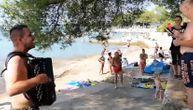Ovako izgleda kad Bosanac zasvira harmoniku na hrvatskoj plaži (VIDEO)