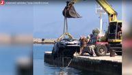 """Automobil načelnika Trpnja završio u moru, vadili ga bagerom, a on """"nije danas na poslu"""" (VIDEO)"""