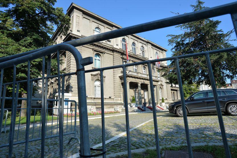 Uklanjanje zaštitne ograde ispred zgrade Predsednistva