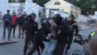 Ruski policajac udario devojku pesnicom u stomak: Advokat ponudio 1.300 evra onom ko ga identifikuje