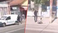 Potera uživo snimljena iz beogradskog tramvaja: Policajac trči za izgrednikom i stiže ga! (VIDEO)