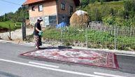 Radovi na putu u Bosni: Žena pere tepih nasred ulice, komentari su urnebesni (FOTO)