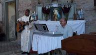 Crkva u selu pored Sečnja dobila sveštenika iz Indonezije: Zasvirao je gitaru vernicima