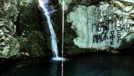 Grobari simbolima Partizana i Srbije išarali stenu jednog od najlepših crnogorskih vodopada (FOTO)