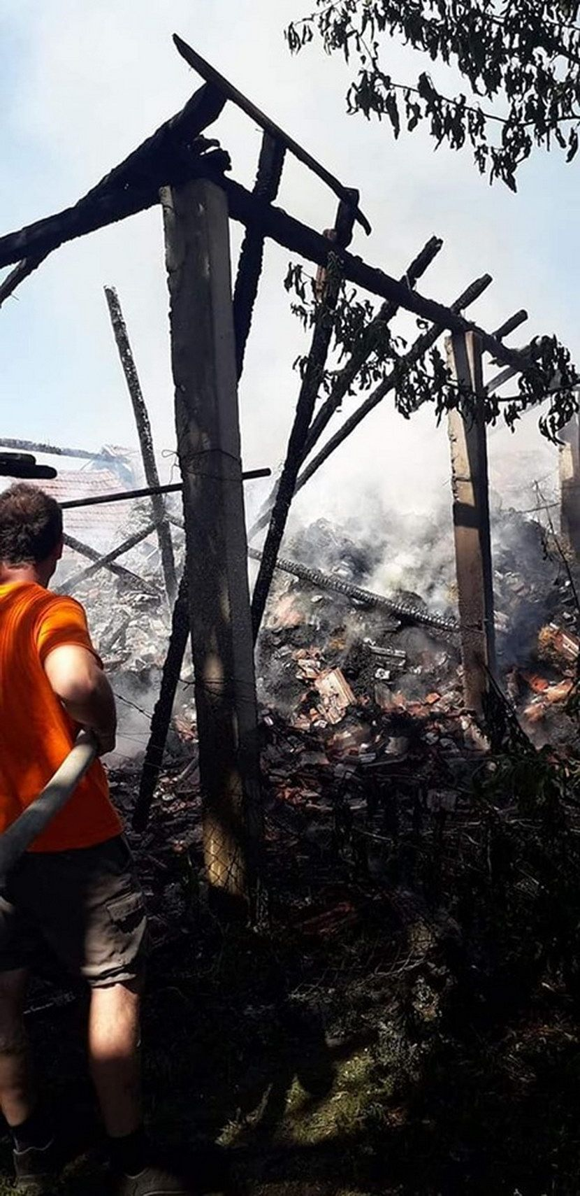 U požaru u Ostojićevu izgoreli pomoćni objekti, a u njima 1.600 bala slame