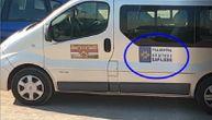 """Snimljen """"kombi opštine Barajevo"""" na Jazu, a uprava tvrdi da nemaju takvo vozilo. Čiji je? (VIDEO)"""