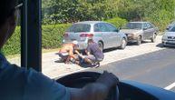 Saobraćajka i kolaps na Obrenovačkom putu: Motociklista leži na zemlji pored kolovoza (VIDEO)