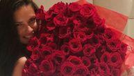 Lima gola u krevetu s ružama koje joj je poslao milijarder, a svi se pitaju ima li bar gaćice (FOTO)