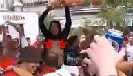 Gole grudi balkanske: Navijačica Zvezde podigla majicu i bacila Delije u ekstazu! (VIDEO)