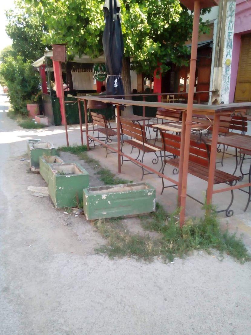 Nesreca Ford ispred kafica
